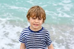 Прелестный активный мальчик маленького ребенка имея потеху на Miami Beach, Кеы Бисчаыне Счастливый милый ребенок ослабляя, играя  стоковое фото