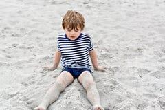 Прелестный активный мальчик маленького ребенка имея потеху на Miami Beach, Кеы Бисчаыне Счастливый милый ребенок ослабляя, играя  стоковые изображения
