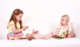 прелестный играть малышей Стоковые Изображения