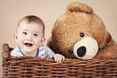 Прелестный маленький малыш в плетеной корзине Стоковые Фотографии RF