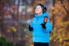Прелестный мальчик имея потеху в парке осени стоковое изображение rf