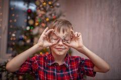 Прелестный мальчик подготавливает пряник, печет печенья в кухне рождества стоковое фото rf