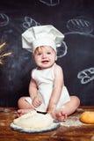 Прелестный младенец на таблице с тестом стоковые изображения