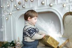 Прелестный ребенок рождественской елкой с присутствующими коробками Счастливые подарки Нового Года отверстия маленького ребенка с стоковые фото
