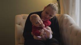 Прелестный ребенок с ее матерью дома видеоматериал