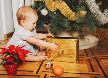 Прелестный 1-ти летний ребёнок наслаждаясь рождеством Стоковые Фото