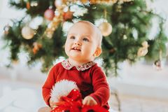 Прелестный 1-ти летний ребёнок наслаждаясь рождеством Стоковое Фото
