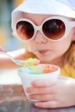 прелестный cream льдед девушки еды Стоковое Изображение RF