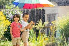 2 прелестных дет, братья мальчика, играя с красочным umbre Стоковое Изображение