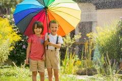 2 прелестных дет, братья мальчика, играя с красочным umbre Стоковое Фото