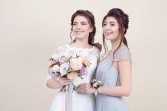 2 прелестных женщины нося в длинных модных платьях Стоковое фото RF