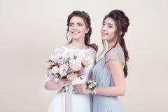 2 прелестных женщины нося в длинных модных платьях Стоковое Изображение RF