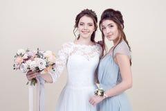 2 прелестных женщины нося в длинных модных платьях Стоковые Изображения RF