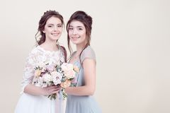 2 прелестных женщины нося в длинных модных платьях Стоковые Изображения