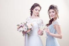 2 прелестных женщины нося в длинных модных платьях Стоковые Фотографии RF