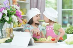 2 прелестных маленькой девочки в рисбермах имея потеху Стоковое Фото
