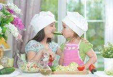 2 прелестных маленькой девочки в рисбермах имея потеху Стоковая Фотография