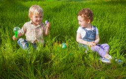 2 прелестных малыша на охоте пасхи Стоковые Изображения RF