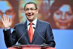 Премьер-министр языка жестов Румынии Виктора Ponta во время речи Стоковые Фото