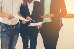 Преобразование команды дела говоря о работе после того как они пойдет сжульничать Стоковые Фото