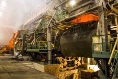 Преобразование расплавленного метала в металлургическом конвертере стоковая фотография