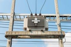Преобразуйте электрическое высокое напряжение к низшему напряжению стоковое изображение rf