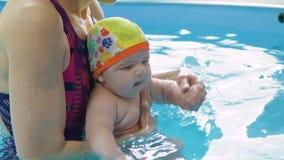 Преподавательство инструктора для того чтобы поплавать годовалый младенец видеоматериал