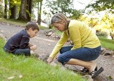 Преподаватель точных наук и молодой мальчик ища глисты Стоковое Фото