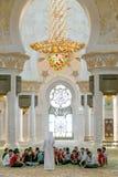 Преподавательства внутри шейха Zayed Грандиозн Мечети Стоковые Фото