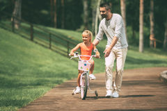Преподавательство для того чтобы ехать велосипед Стоковая Фотография RF