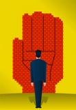 Препятствие стены лицевого кирпича бизнесмена стоящее Стоковые Фотографии RF