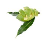 Прерванное сырцовое зеленое манго с лист на белизне Стоковая Фотография