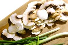 Прерванные грибы и зеленый лук Стоковые Фотографии RF