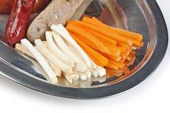 Прерванные сосиски зажаренные с овощами Стоковая Фотография RF