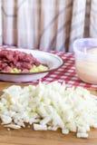 Прерванные луки на доске кухни деревянной Подготавливать еду с Стоковое фото RF