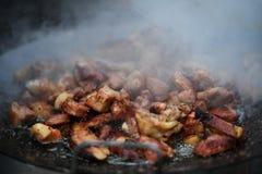 Прерванные части фрая свинины в масле Стоковое Фото
