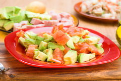 Прерванный авокадо и diced томат на плите Стоковая Фотография RF