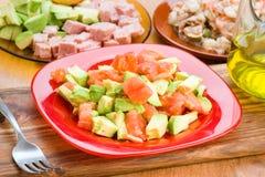 Прерванный авокадо и diced томат на плите Стоковые Фотографии RF