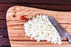 Прерванный белый лук с Chillis и ножом Стоковая Фотография RF