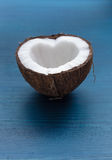 Прерванный кокос: половины кокоса в форме сердца на голубом Стоковые Изображения
