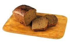 Прерванный коричневый хлеб на доске Стоковое фото RF