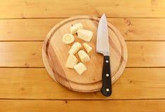 Прерванный пастернак с кухонным ножом на деревянной доске Стоковые Фото