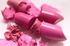 Прерванный розовый крупный план губной помады на белой предпосылке Стоковые Фото