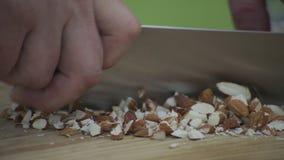 Прерывать кучу unshelled сырцовых семян миндалины видеоматериал