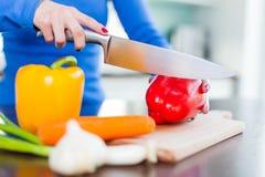 Прерывать овощи в кухне стоковая фотография