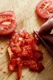 Прерывать свежие красные томаты салата на деревянной прерывая доске стоковые изображения rf