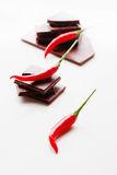 Прерывающ темный шоколад с свежими накаленными докрасна перцами chili отборными Стоковые Изображения RF