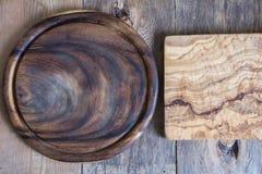 Прерывая доски различных форм на деревянной предпосылке над взглядом Стоковые Фото