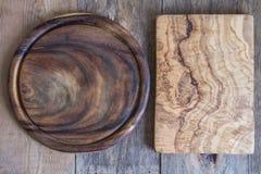 Прерывая доски различных форм на деревянной предпосылке над взглядом Стоковое Фото