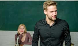 Преследованный со знанием Учитель ее мечт Красивый учитель Школа и образование в объеме колледжа Успешно градуированный стоковое изображение
